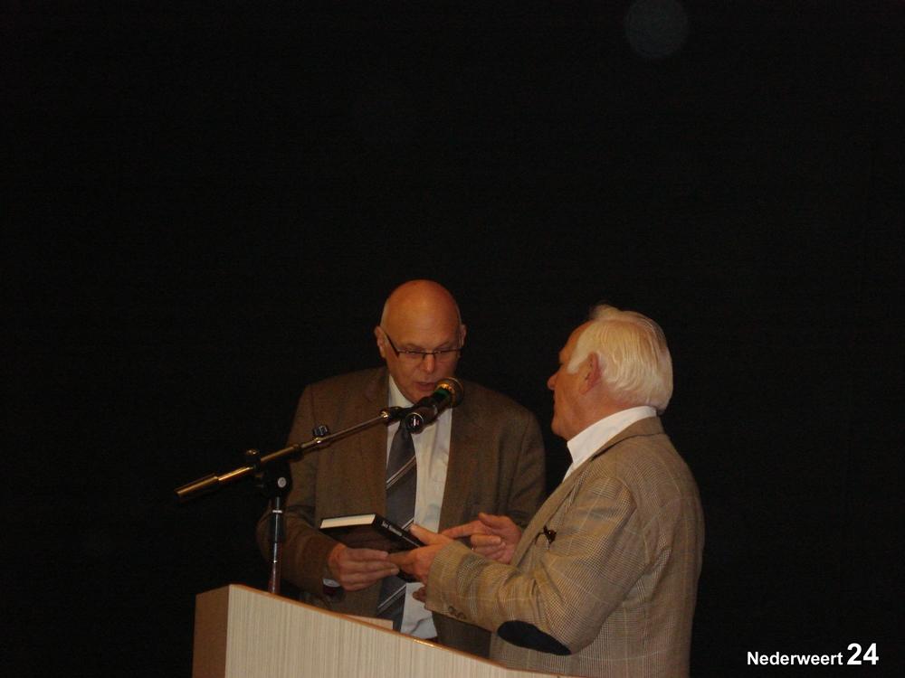 Jan Simons reikt eerste boek uit aan burgemeester Evers