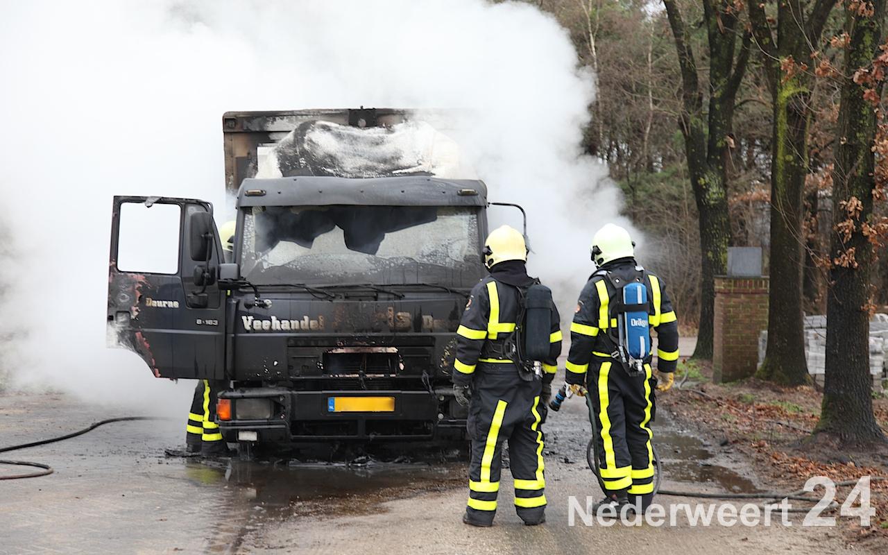 Veewagen volledig uitgebrand aan Ingstraat in Leveroy