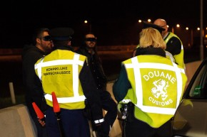 Vuurwapens, traangas en drugs onderschept op parkeerplaats A2 Nederweert