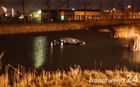 Auto in water op Kampershoek in Weert