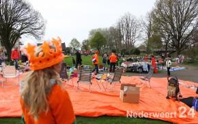 Oranjemarkt in Budschop tijdens koninginnedag op 30 april 2013