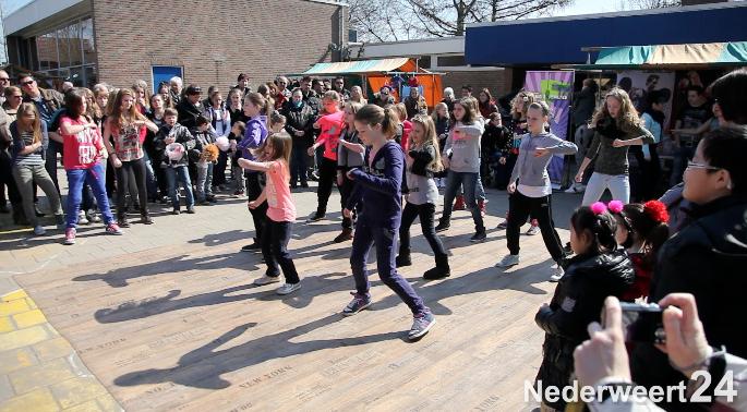 The BigX : Dansgroepen uit Nederweert tijdens Rommelroute Leuke