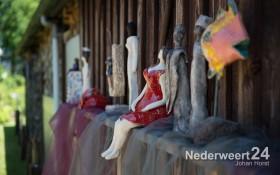 Expositie in Leveroyse tuin van Toos Bovendeerdt