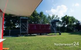 Opbouwen muziekfestival  Ell Nino in Ell. De vrijwilligers zijn er klaar voor.