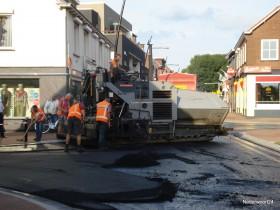 Nieuwe asfalt laag in de Brugstraat