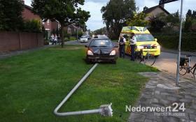 Auto ramt lantarenpaal op St. Luciastraat Boshoven, Weert