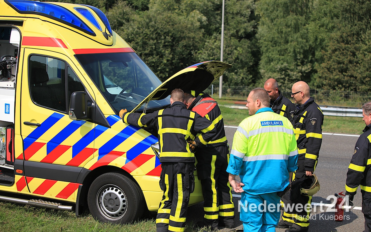 Ambulance gestrand op A2 met brand onder motorkap