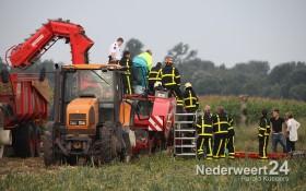 Ongeval Swartbroek. Jongen bekneld met benen in uienrooimachine