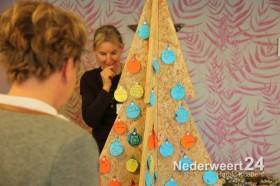 2013-12-20 Klimop schenkt kerstboom aan st joseph Nederweert 2684