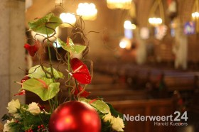 Kerstversiering kerk Ospel door Riek Op 't Root en Nellie Briels