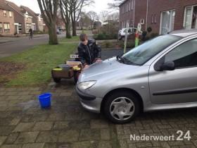 2013-12-23 Rens Koenders auto wassen Nederweert voor Serious Request 2746
