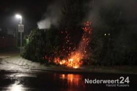 Coniferenhaag in brand aan de Burcht op Boshoven in Weert