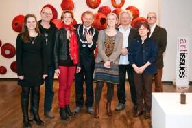 Burgemeester Jos Heijmans en initiatiefnemer Lilian Creemers samen met de 6 Weerter kunstenaars _foto gemaakt door fotograaf Irene van Wel