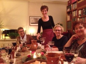 Hobbykok Mieke serveert haar gasten tijdens Weert aan tafel 2013