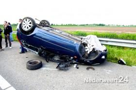 Auto over de kop A2 bij afslag Nederweert
