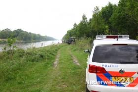 Magneetvissers halen autowrak naar oppervlakte kanaal Wessem Nederweert