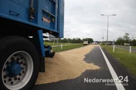 vrachtwagen verliest lading graan op Roermondseweg