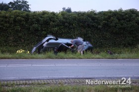 Auto over de kop Randweg West bij Mc Donalds Nederweert