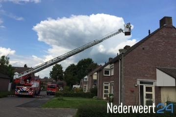 Brandweer redt kat van dak Ribesstraat Nederweert 2