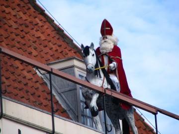 Waarom jagen wij een oude bisschop met paard over de daken?