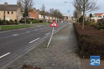 Auto rijdt paal omver in Lindenstraat Nederweert en rijdt door