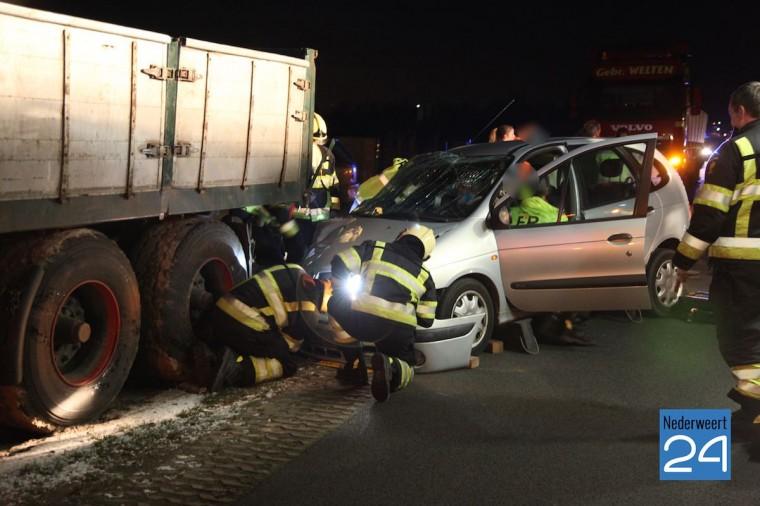 Ongeval Nederweertseweg Someren auto onder vrachtwagen