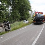 vrachtwagen met aanhangwagen gekanteld