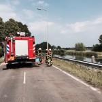 Auto botst tegen motorrijder
