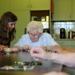 Ouderen met dementie doen activiteiten samen met jongeren in Nederweert