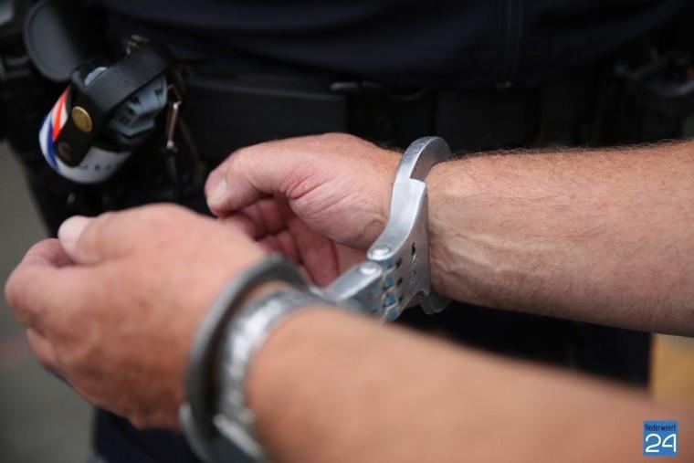 politie handboei geweer aanhouding 7129
