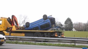 Auto met aanhanger over de kop op A2 bij Grathem