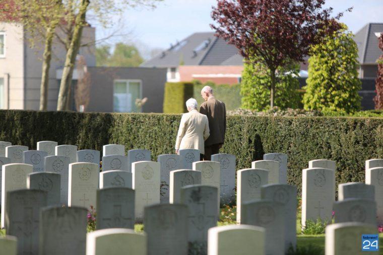 Julia Harden bezoekt graf van haar vader-4634