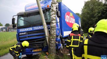 Vrachtwagen rijdt tegen boom in Nederweert