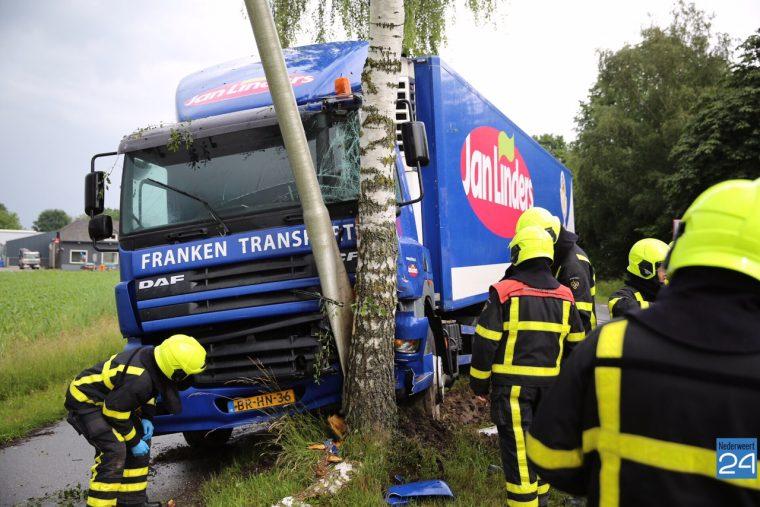 Vrachtwagen tegen boom N275