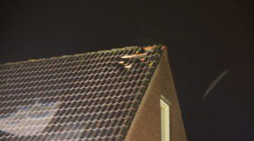 Veel schade aan dak na blikseminslag Ospel (Foto's)