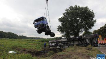 Vrachtwagen geborgen na ongeval