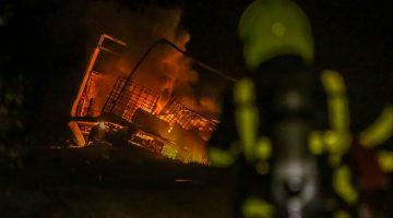 Vrachtwagen met gasflessen uitgebrand