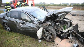 Auto arrestatieteam ramt graafmachine