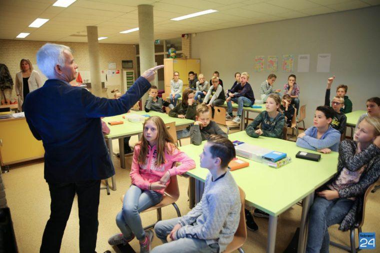 Wethouder Geraats geeft gastles op BS De Kerneel ...