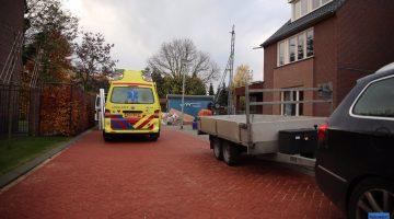 Man valt door dak tijdens werkzaamheden in Swartbroek