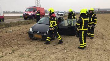 Auto slaat over de kop en belandt in akker
