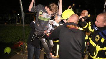 Brandweer bevrijdt jongen uit schommel