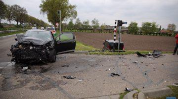 Auto en bestelbus botsen bij Niesakkerbrug
