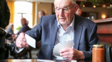 Piet kaart al 74 jaar bij café Gubbels alias Bi-j Teune alias Julianazaal