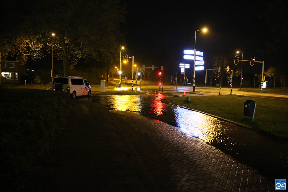 Flink gat in stoep na gesprongen waterleiding in Weert ...