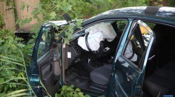 Auto rijdt frontaal tegen boom