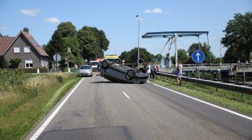 Auto over de kop na botsing op Venloseweg
