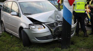 Auto botst tegen bewegwijzering