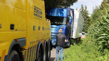 Vrachtwagen dreigt te kantelen in Weert
