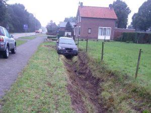 Auto belandt in de sloot in Leveroy